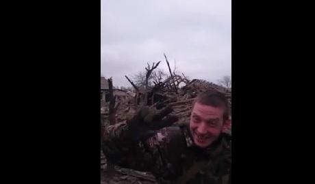 """Как боевики мародерствуют и развлекаются в """"освобожденном"""" Дебальцево ВИДЕО"""