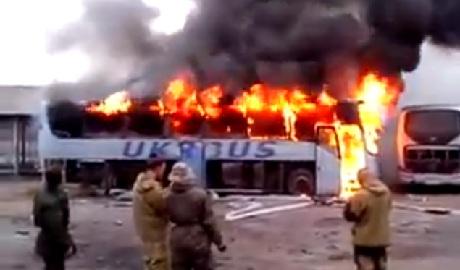 """""""Освободители ДНР"""" подожгли автобус, чтобы сделать классные фотки на его фоне ВИДЕО +18"""