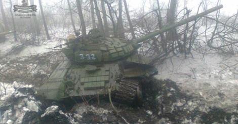 Украинские военнослужащие продемонстрировали разбитые танки террористов под Дебальцево