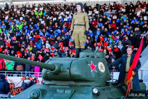 В США свободно разъезжают российские танки, а люди в форме маршируют под гимн РФ