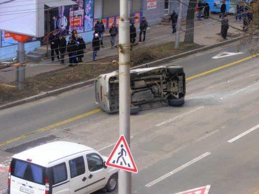 Пророссийские террористы не дает покоя успех Шумахера: В центре Донецка перевернулась машина с боевиками