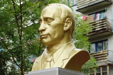 В оккупированном Крыму решили увековечить Путина: Директор зоопарка «Сказка» объявил конкурс на лучший памятник президенту РФ