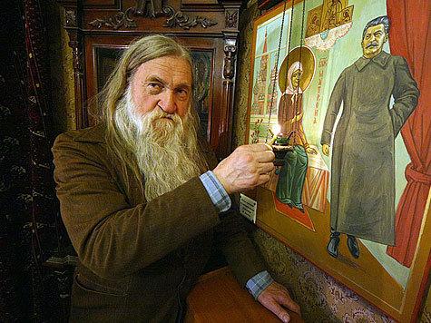 Россияне приравнивают Сталина к лику святых?: В Петербурге люди прилагались к иконе с изображением тирана