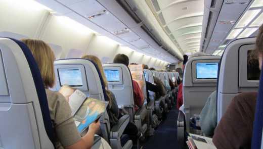 Отпуск начинается в самолете: Россияне, которые направлялись в отдых на Гоа устроили массовую драку прямо в полете
