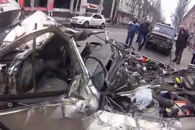 Суровые Донецкие террористы переехали танком легковушку, которая перекрывала для них движение