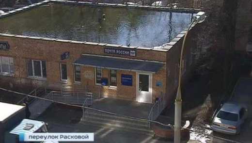 Нанотехнологии по-русски: Снег растаял и на крыше почты образовалось озеро, где живут утки