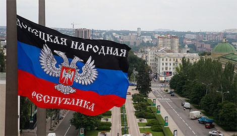В центре Донецка коммунальщики митингуют под зданием оккупационного правительства
