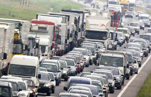 Машины стоят в очереди на паромную переправу в Крым в трёх областях Кубани.Machines are in line for the ferry to the Crimea in three areas of the Kuban.