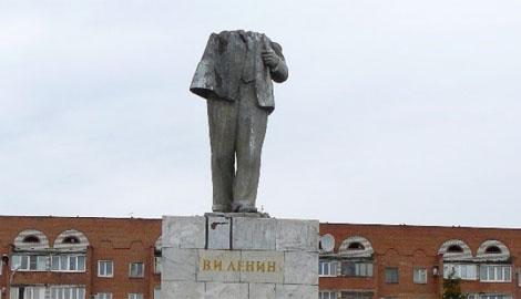 Не все потеряно! В РФ молодежь уничтожила памятник Ленину