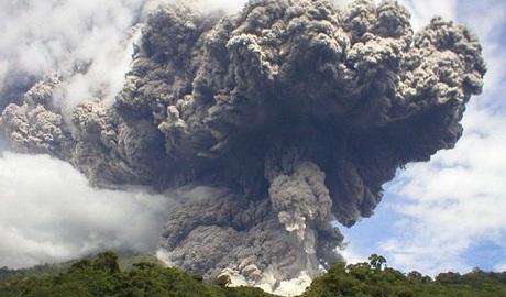 В России просыпается огромный вулкан, столпы пепла достигают 6 километров