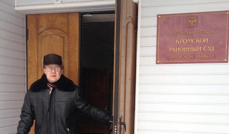 «Свобода и русофобство — это одно и то же?». Как судят учителя школы, написавшего стихи в поддержку Украины