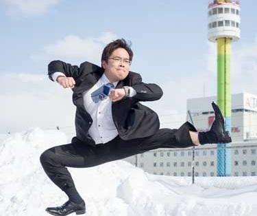 Японию захлестнул новый флешмоб: бизнесмены прыгают рядом с дочками (ФОТО)