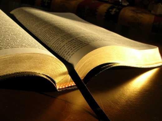 Духовная пища в РФ стоит денег: Библию скачать нельзя из-за жалобы правообладателя