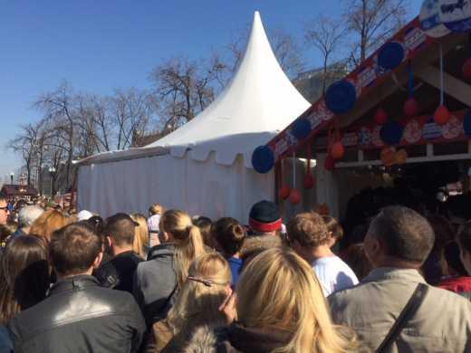 Как блины на лопате почти! В Москве раздача бесплатного кулича привела к массовой давке