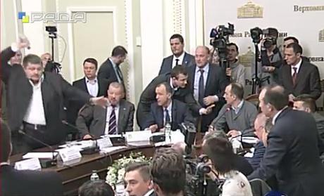 Мосийчук бросил в Березу бутылкой на заседании Антикоррупционного комитета (ВИДЕО)