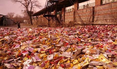 Одну из улиц Донецка завалили конфетами ФОТО