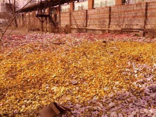 Вулицю Донецька завалили цукерками3