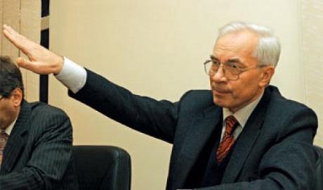"""Деньги за """"антимайдан"""" экс-премьер Азаров передавал возле посольства США – СБУ"""