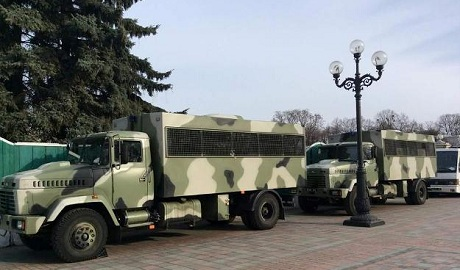 К Верховной раде стягивают военную технику ФОТО