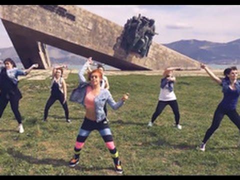 Обама вновь подрывает строй РФ: В России за танец на фоне мемориала девушки получили 15 суток ареста