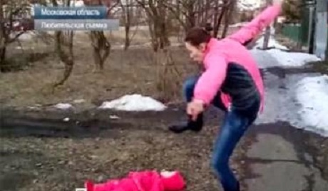 «Русский мир»: мать избивает младенца, а отец снимет на камеру — шокирующее ВИДЕО +18