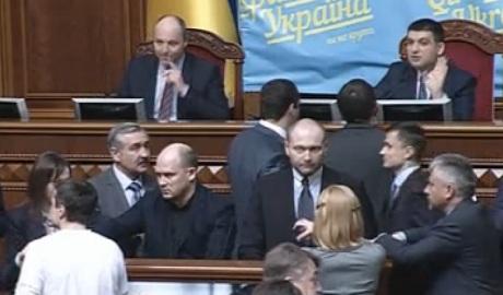 Луценко пояснил, зачем депутаты заблокировали трибуну в Верховной Раде