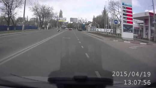 В Одессе байкер уронил на ходу пассажирку и спокойно поехал дальше ВИДЕО