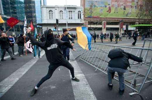 Украинский флаг — символ победы: В Чили студенты протестуют под желто-голубыми флагами