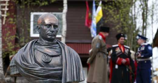 Римский император Путин: Петербуржцы установили памятник президенту РФ