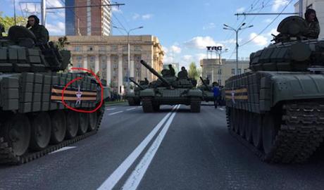 """На технике для парада в """"ДНР"""" и Москве нанесена идентичная эмблема ФОТО"""