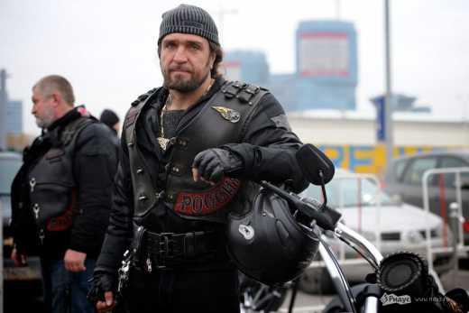 """С косметичками! Кадыров подарил """"Ночным волкам"""" 16 новых мотоциклов"""