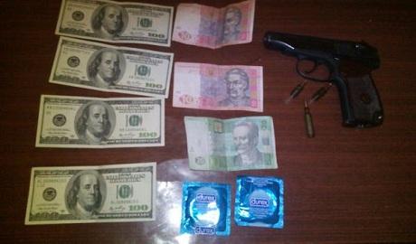 Чтобы не размножались: в Горловке террористы получают зарплату презервативами ФОТО