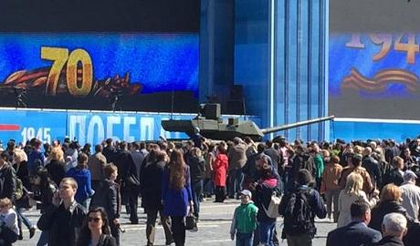 Новейший российский танк Армата заглох посреди репетиции парада победы