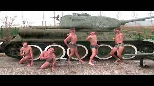 Будущие армии РФ: Кадеты потрясли ягодицами на фоне танка времен Второй Мировой войны ВИДЕО