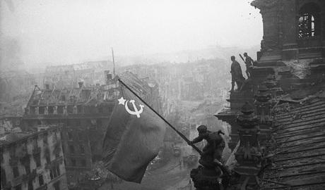 Водрузивший над Рейхстагом знамя победы солдат, в 1993 году бежал от русских оккупантов