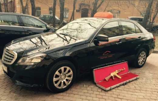 Эпидемия золотого батона: В РФ человек в такси забыл автомат калашникова из чистого золота