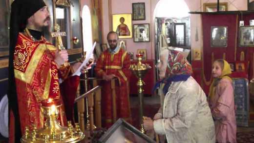 Караоке нам ни к чему: Священник РПЦ возле алтаря исполнил песню из советского фильма ВИДЕО