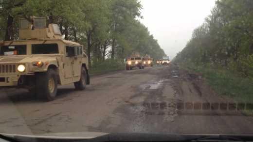 """Колонна из пяти десятков """"Hammer"""" под флагами Украины проехала на Луганск ВИДЕО"""