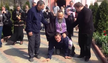 """Православная жесть!!! Как в РПЦ """"изгоняют бесов"""" ВИДЕО"""