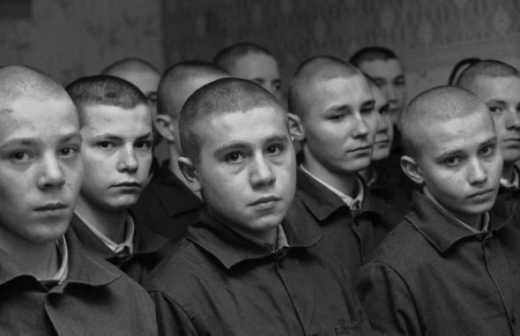 Новый вид туристов: Россия отправила отдыхать в Крым несовершеннолетних преступников