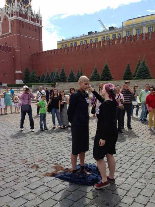 На Красной площади задержали активистку за публичное бритье головы