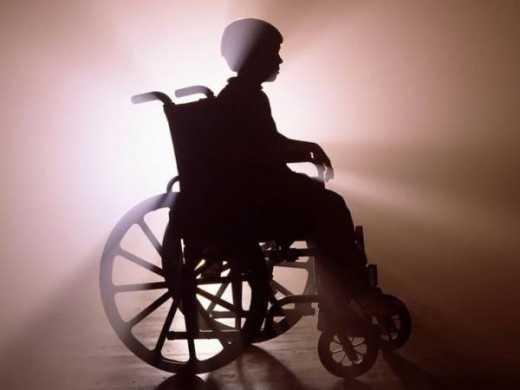 Болеющую на ДЦП девочку выгнали из храма из-за того, что коляска оставила следы