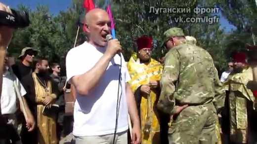 Жители Лисичанска выгоняют московских попов (видео)