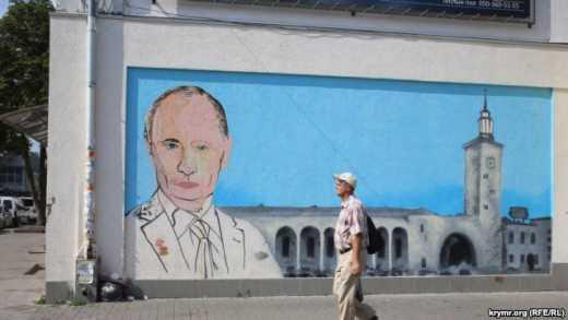 В Симферополе  Путина облили краской (фото)