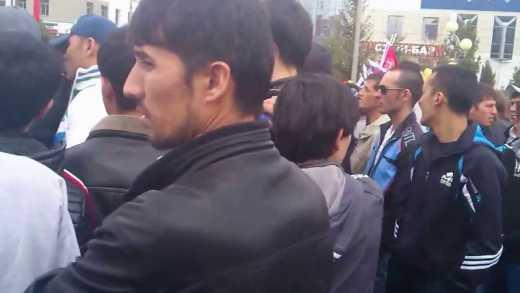 Найди в толпе славянина: Житель Тюмени провел экскурсию по городу (ВИДЕО)