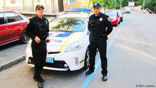 В Киеве москвич извинился перед полицейским за то что фотографирует его, отметив, что просто у них таких нет