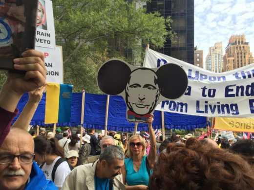 Путина встретили в Нью-Йорке лозунгами «Putin — pissmaker» (фото)