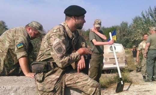 """Залізничну колію до заводу """"Кримський титан"""" заблокували активісти"""