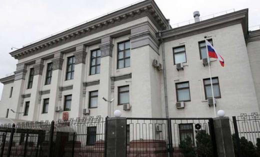 Российскому консульству в Киеве подложили свинью