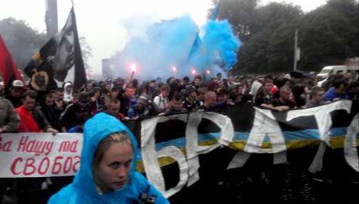 Во Львове футбольные фанаты сборных Беларуси и Украины прошлись по центру города маршем солидарности